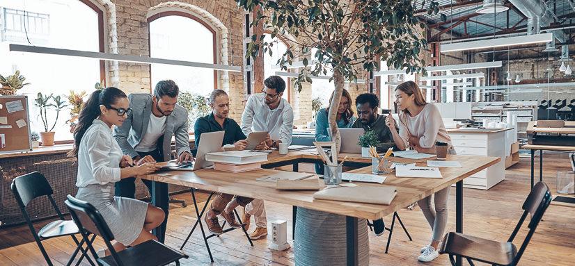 Équipe en collaboration dans une entreprise à Paris